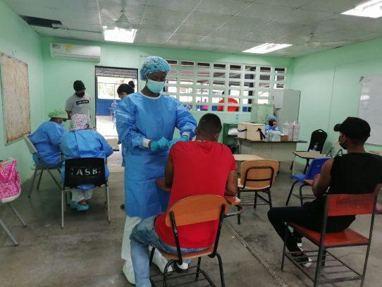 Se desarrolla proceso de vacunación en el área de la transístmica en Colón