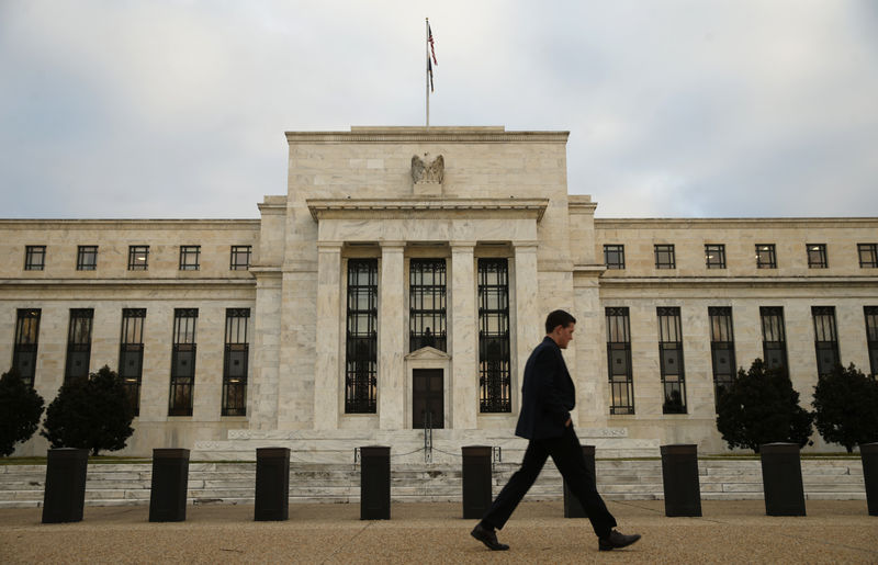 Fed mantiene tasas, reduce previsión de crecimiento y sube la de inflación