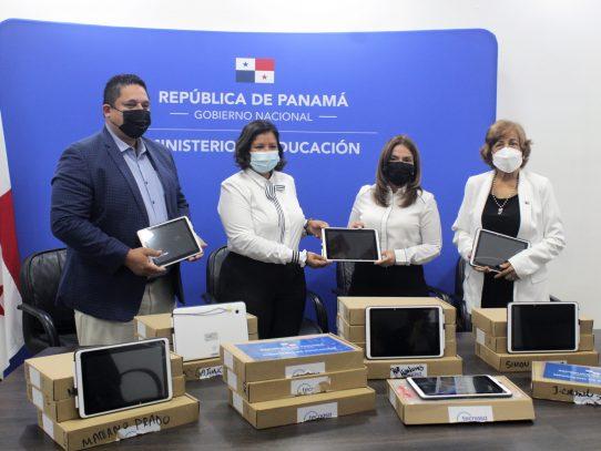 Entregan tablets a unos treinta niños y adolescentes en albergues de protección