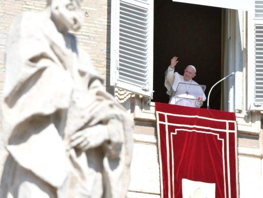 El papa pide una solución duradera para los flujos migratorios en el Mediterráneo
