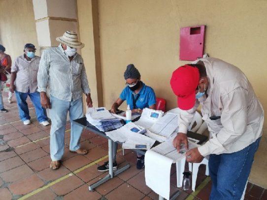 Entregan más de 6 mil 800 tarjetas clave durante pago de jubilados y pensionados en Coclé
