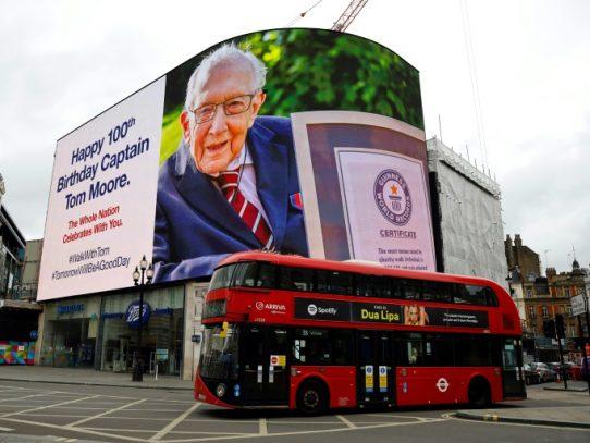 """""""Capitán Tom"""", nuevo héroe de los británicos, cumple cien años"""