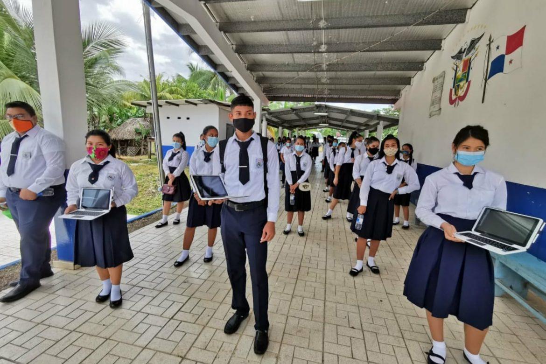 Meduca entrega 113 computadoras a estudiantes de El Zapallal en Darién