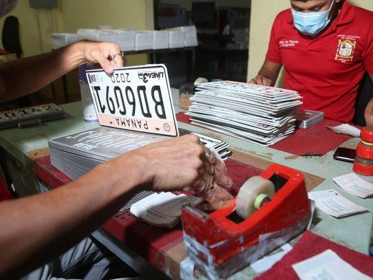 Alcaldía adapta retiro de placas al horario por números de cédula y sexo
