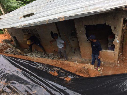 Miviot evalúa a familias y repara vivienda por colapso de muro en Arraiján