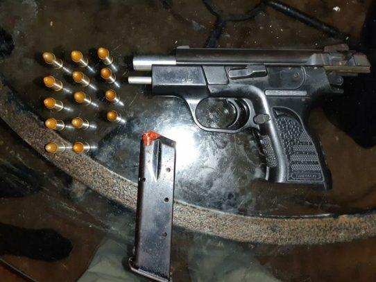 Decomisan armas y droga en allanamiento en El Chorrillo