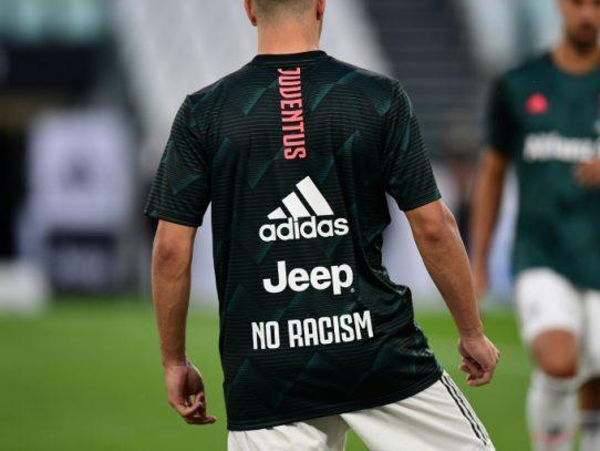 Mensajes de Juventus y Milan contra el racismo en el calentamiento