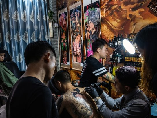 Una ciudad china ordena a los taxistas que se quiten los tatuajes