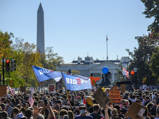 Multitudes acuden a la Casa Blanca para celebrar la victoria de Joe Biden