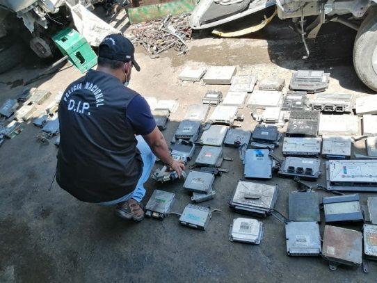 Incautan computadoras de vehículos en talleres clandestinos