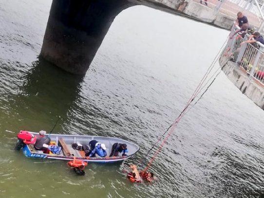 Se lanzan al mar para rescatar a sus mascotas en la  Cinta Costera 3