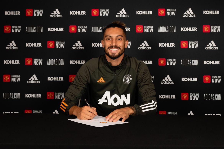 Defensa brasileño Alex Telles firma por el Manchester United