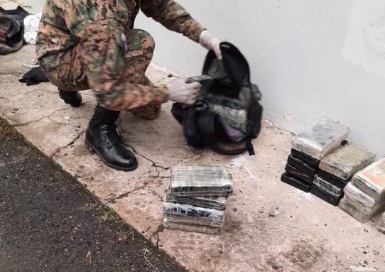 Decomisan 31 paquetes de presunta droga oculta en un vehículo