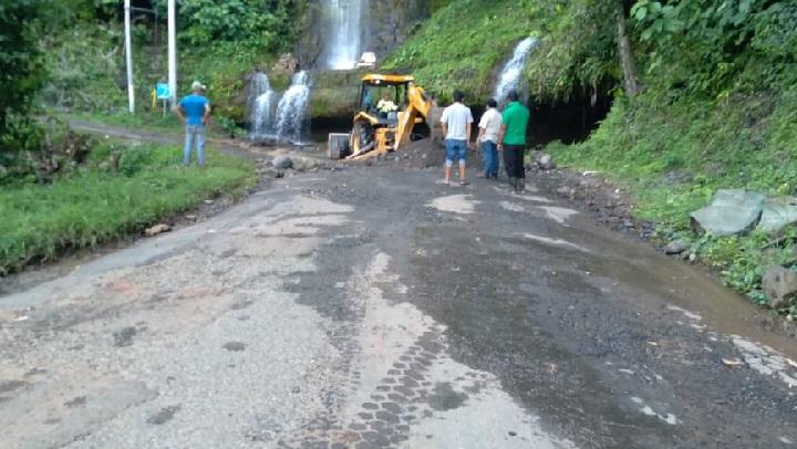 MOP despeja la vía hacia la comunidad de El Chorro en La Bruja