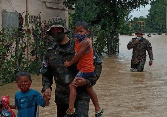 Desbordamiento de los ríos Sábalo y Sambú causa inundaciones en Darién