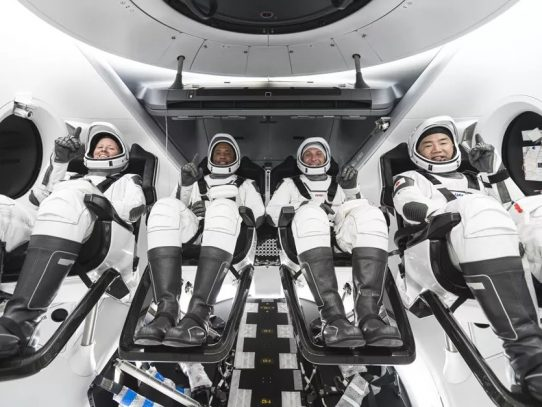 Astronautas ingresan a Estación Espacial tras viaje exitoso de SpaceX