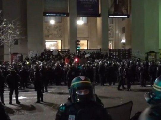 Miles de personas se manifiestan en Francia contra una ley que restringe las imágenes policiales