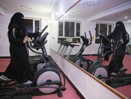 En un antiguo bastión talibán, mujeres rebeldes van al gimnasio