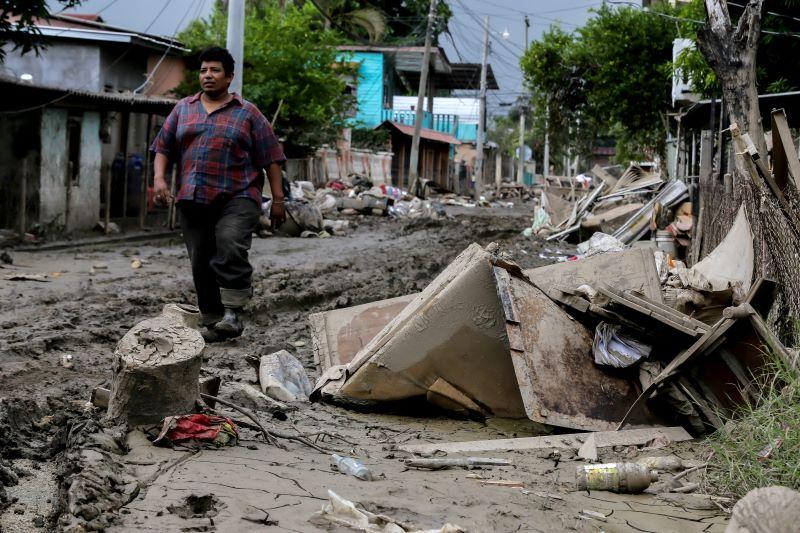 Huracán Iota avanza por América Central algo debilitado tras tocar tierra en Nicaragua