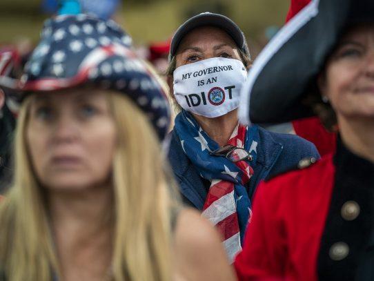 Negación y desafío: Trump y su base minimizan el virus antes de las elecciones