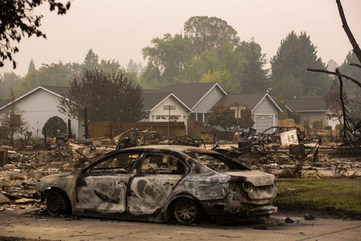 Un nuevo frente en la batalla entre Biden y Trump por los suburbios: los incendios forestales