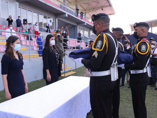 Ministra Tewaney y gobernadora Meana reciben emblema tricolor que ondeaba en el Cerro Ancón