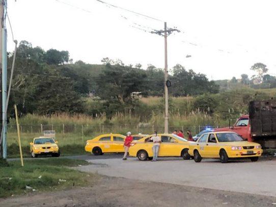 """Taxistas protestan, piden se aplique la medida de """"par"""" y """"non"""""""