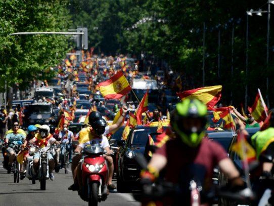 Miles de españoles protestan en coche contra el gobierno por su gestión de la pandemia
