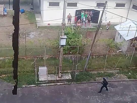 Tensión en la cárcel Nueva Esperanza, reclusos lanzan piedras a la Policía Nacional