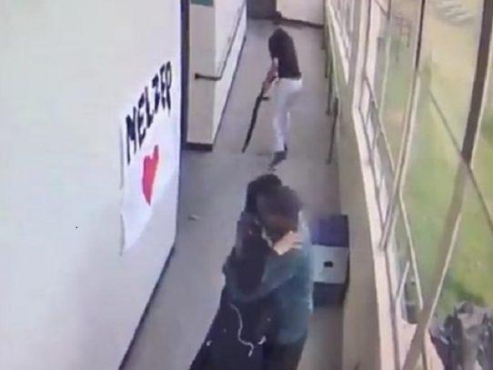 Desarman a un estudiante con un abrazo