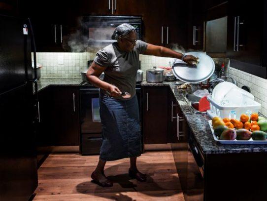 Los beisbolistas la llaman la Jefa: la abuela dominicana que cocina para las grandes ligas