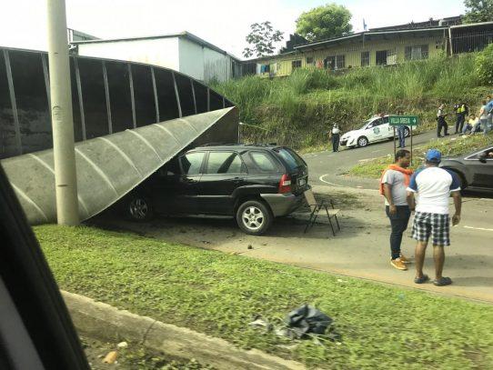 Vehículo se vuelca y cae sobre camioneta en Villa Grecia