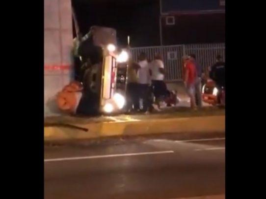 Se estrella contra pilastra del Metro en Las Mañanitas