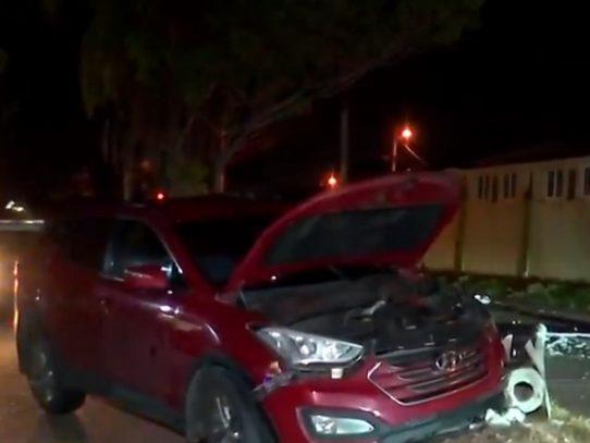 Mujer herida tras impactar su auto con un poste en Brisas del Golf