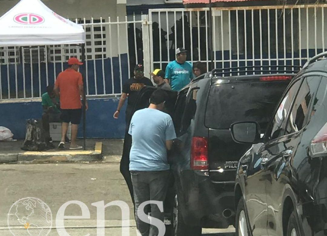 Activista de Juan Diego Vásquez entrega dinero en escuela de Cerro Viento