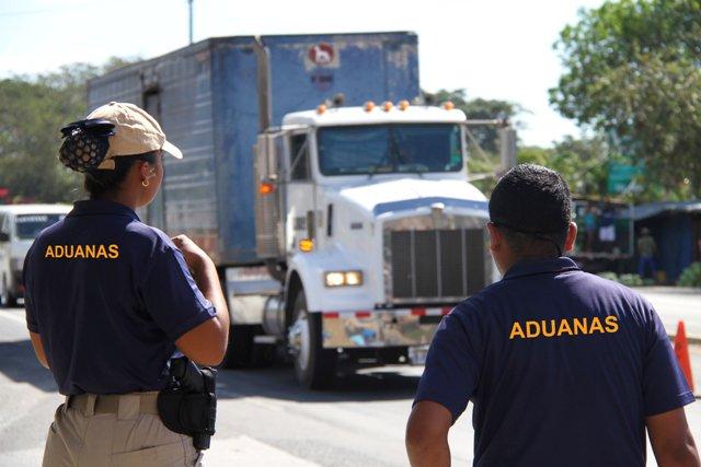 Funcionarios de Aduanas en huelga de brazos caídos por bonificación