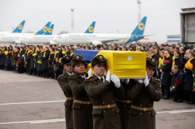 Lágrimas en aeropuerto de Kiev al llegar cuerpos de víctimas de accidente aéreo en Irán