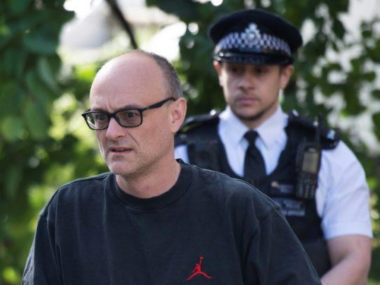 """El asesor de Boris Johnson cometió una """"infracción menor"""" del confinamiento, según la policía"""