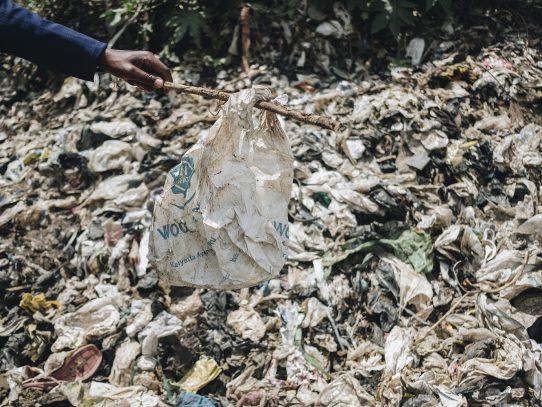 Las grandes petroleras están en dificultades; su plan es inundar de plástico a África