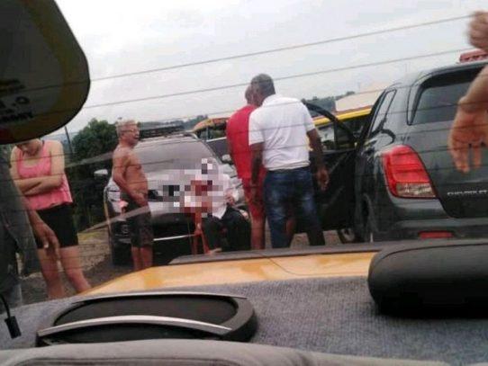 Hallan a una persona viva, atada de pies y manos dentro de un vehículo
