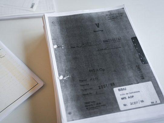 Desenmascarado como espía de la Stasi, el dueño de un periódico intenta recuperar su historia