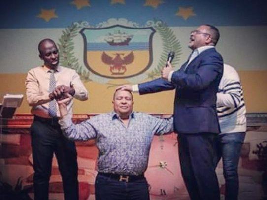 Pastores evangélicos oran por el Alcalde electo de Colón Alex Lee
