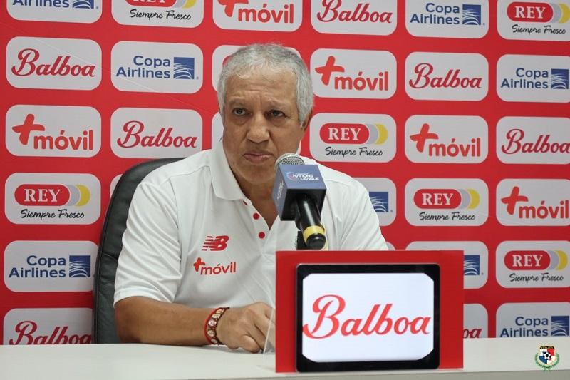 Américo Gallego muestra su descontento con la prensa tras derrota de Panamá