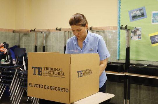 Ana Matilde Gómez olvida su cédula, pero finalmente ejerció su voto