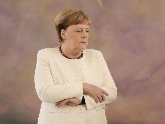 Merkel preocupa tras nueva crisis de temblores durante ceremonia oficial