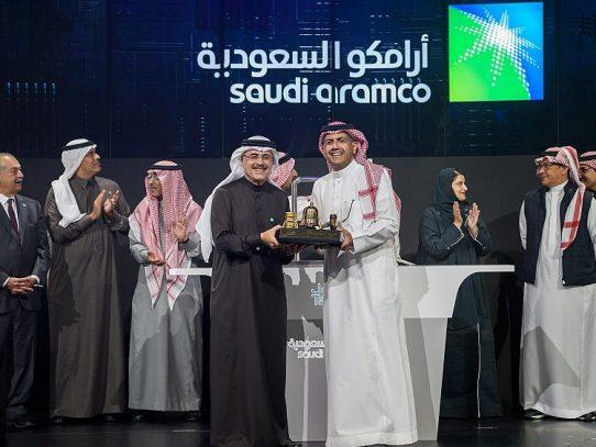 Petrolera saudí se estrena  en la bolsa con alza del 10% en sus acciones