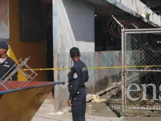 Un muerto y un herido de bala en un multifamiliar en Colón