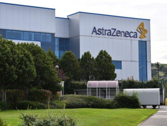 Farmacéutica AstraZeneca reanuda ensayos de vacuna contra covid-19 en GB