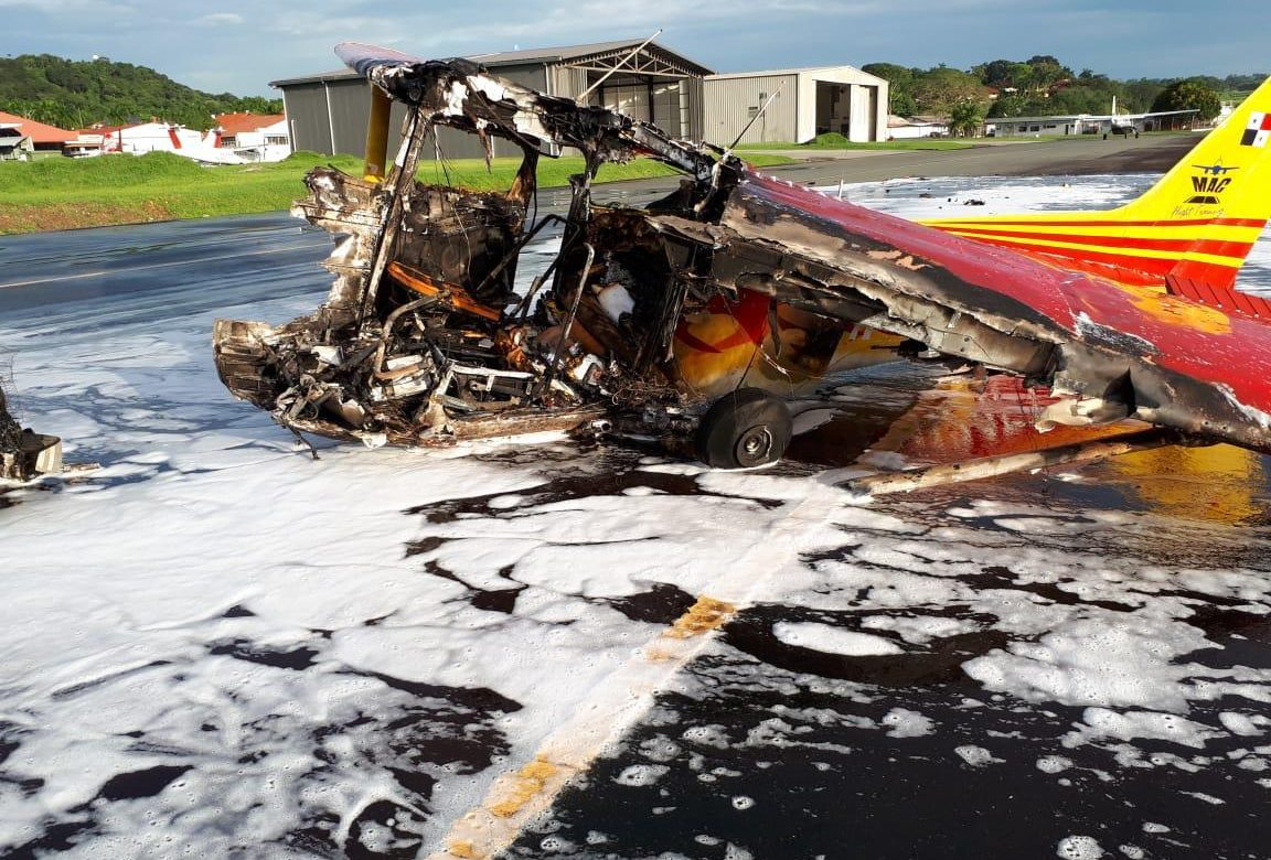 Avioneta sufre accidente y se incendia en el aeropuerto de Albrook