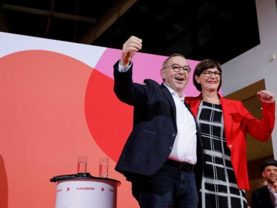 El SPD alemán elige a dos políticos críticos con la coalición gubernamental para su dirección